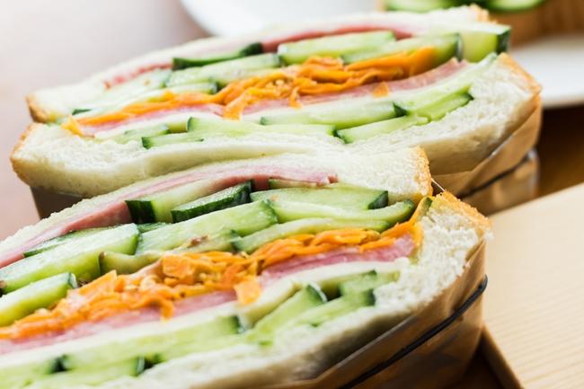 キュウリを挟んでサンドイッチに